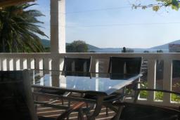 Терраса. Черногория, Зеленика : Дом с 4-мя спальнями с террасой и видом на море, зеленый сад с фруктовыми деревьями, мангал, Wi-Fi, цифровое ТВ
