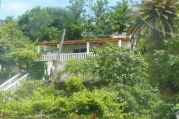 Фасад дома. Черногория, Зеленика : Дом с 4-мя спальнями с террасой и видом на море, зеленый сад с фруктовыми деревьями, мангал, Wi-Fi, цифровое ТВ