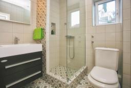 Ванная комната. Черногория, Росе : Апартамент возле пляжа с гостиной и отдельной спальней
