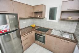 Кухня. Черногория, Росе : Апартамент возле пляжа с гостиной и отдельной спальней