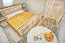 Спальня. Черногория, Росе : Комната возле пляжа на мансарде