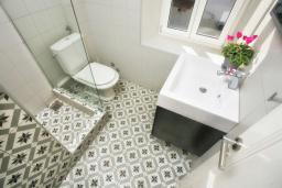 Ванная комната. Черногория, Росе : Комната возле пляжа на мансарде