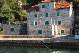 Фасад дома. Черногория, Росе : Дом на берегу моря, 3 гостиные, 3 кухни, 4 спальни, 4 ванные комнаты