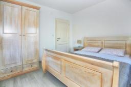 Спальня. Черногория, Росе : Дом на берегу моря, 3 гостиные, 3 кухни, 4 спальни, 4 ванные комнаты