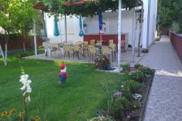 Территория. Черногория, Игало : Этаж дома возле моря, 4 спальни с кухнями и ванными комнатами, большая терраса, дворик, бассейн
