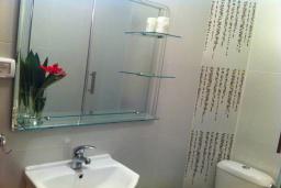 Ванная комната. Черногория, Столив : Апартамент в 150 метрах от пляжа, с гостиной, отдельной спальней и балконом
