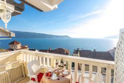 Вид на море. Черногория, Герцег-Нови : Люкс апартамент с отдельной спальней, с балконом с шикарным видом на море