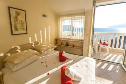 Спальня. Черногория, Герцег-Нови : Люкс апартамент с отдельной спальней, с балконом с шикарным видом на море