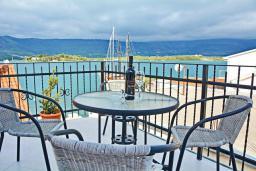 Балкон. Черногория, Обала Джурашевича : Апартамент возле пляжа с балконом и шикарным видом на море, гостиная, две отдельные спальни