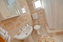 Ванная комната. Черногория, Обала Джурашевича : Апартамент возле пляжа с балконом и шикарным видом на море, гостиная, две отдельные спальни