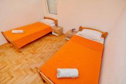 Спальня 2. Черногория, Обала Джурашевича : Апартамент возле пляжа с балконом и шикарным видом на море, гостиная, две отдельные спальни