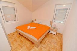 Спальня. Черногория, Обала Джурашевича : Апартамент возле пляжа с балконом и шикарным видом на море, гостиная, две отдельные спальни