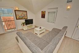 Гостиная. Черногория, Обала Джурашевича : Апартамент возле пляжа с балконом и шикарным видом на море, гостиная, две отдельные спальни