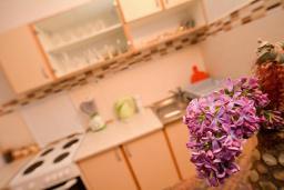 Кухня. Черногория, Обала Джурашевича : Апартамент возле пляжа с террасой и видом на море, гостиная, две отдельные спальни