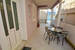 Терраса. Черногория, Обала Джурашевича : Апартамент возле пляжа с террасой и видом на море, гостиная, две отдельные спальни