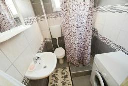 Ванная комната. Черногория, Обала Джурашевича : Апартамент возле пляжа с балконом и видом на море, гостиная и отдельная спальня