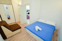 Спальня. Черногория, Обала Джурашевича : Апартамент возле пляжа с балконом и видом на море, гостиная и отдельная спальня