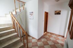 Лестница наверх. Черногория, Герцег-Нови : Двухэтажный дом в Герцег-Нови (Ратишевина) с 2-мя отдельными спальнями, гостиной, кухней, 2-мя ванными комнатами, терраса, место для автомобиля, место для барбекю, бассейн на два дома