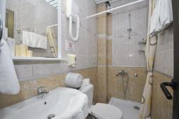 Ванная комната. Черногория, Будва : Трехместный номер
