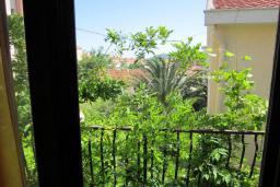 Вид. Черногория, Будва : Четырехэтажный дом с двумя гостиными, двумя кухнями, 6 спален, 6 ванных комнат, гараж, сауна
