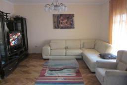 Гостиная. Черногория, Будва : Четырехэтажный дом с двумя гостиными, двумя кухнями, 6 спален, 6 ванных комнат, гараж, сауна