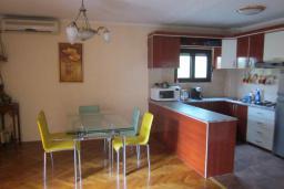 Кухня. Черногория, Будва : Четырехэтажный дом с двумя гостиными, двумя кухнями, 6 спален, 6 ванных комнат, гараж, сауна