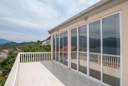 Терраса. Черногория, Крашичи : Прекрасная вилла с бассейном и шикарным видом на море, 2 гостиные, 3 спальни, 5 ванных комнат, сад