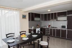 Кухня. Черногория, Крашичи : Прекрасная вилла с бассейном и шикарным видом на море, 2 гостиные, 3 спальни, 5 ванных комнат, сад