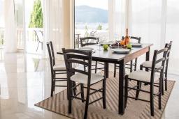 Обеденная зона. Черногория, Крашичи : Прекрасная вилла с бассейном и шикарным видом на море, 2 гостиные, 3 спальни, 5 ванных комнат, сад