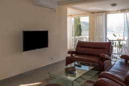 Гостиная. Черногория, Крашичи : Прекрасная вилла с бассейном и шикарным видом на море, 2 гостиные, 3 спальни, 5 ванных комнат, сад
