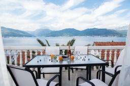 Балкон. Черногория, Крашичи : Прекрасная вилла с бассейном и шикарным видом на море, 2 гостиные, 3 спальни, 5 ванных комнат, сад