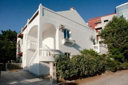 Фасад дома. Черногория, Будва : Вилла с гостиной, тремя отдельными спальнями, двумя ванными комнатами, паркоместо, Wi-Fi