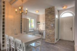 Кухня. Черногория, Будва : Вилла с гостиной, тремя отдельными спальнями, двумя ванными комнатами, паркоместо, Wi-Fi