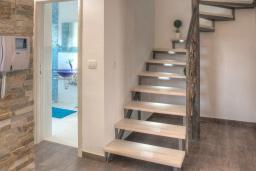Лестница наверх. Черногория, Будва : Вилла с гостиной, тремя отдельными спальнями, двумя ванными комнатами, паркоместо, Wi-Fi