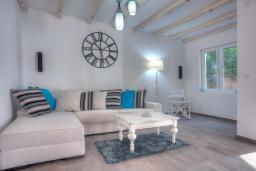 Гостиная. Черногория, Будва : Вилла с гостиной, тремя отдельными спальнями, двумя ванными комнатами, паркоместо, Wi-Fi