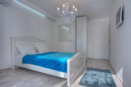 Спальня. Черногория, Будва : Вилла с гостиной, тремя отдельными спальнями, двумя ванными комнатами, паркоместо, Wi-Fi