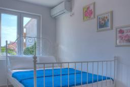 Спальня 2. Черногория, Будва : Вилла с гостиной, тремя отдельными спальнями, двумя ванными комнатами, паркоместо, Wi-Fi