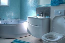 Ванная комната. Черногория, Будва : Вилла с гостиной, тремя отдельными спальнями, двумя ванными комнатами, паркоместо, Wi-Fi
