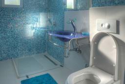 Ванная комната 2. Черногория, Будва : Вилла с гостиной, тремя отдельными спальнями, двумя ванными комнатами, паркоместо, Wi-Fi