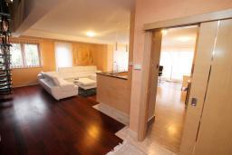 Гостиная. Черногория, Игало : Шикарный двухуровневый пентхаус для 6-7 человек, с большой гостиной, с 3-мя отдельными спальнями, с 3-мя ванными комнатами, с большим балконом с видом на море, 30 метров до пляжа