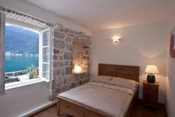 Спальня. Черногория, Пераст : Каменный дом в 30 метрах от пляжа и видом на море, большая гостиная, 4 спальни, 3 ванные комнаты, парковка, Wi-Fi