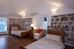 Спальня 2. Черногория, Пераст : Каменный дом в 30 метрах от пляжа и видом на море, большая гостиная, 4 спальни, 3 ванные комнаты, парковка, Wi-Fi