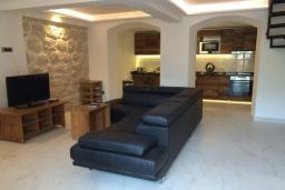 Гостиная. Черногория, Пераст : Каменный дом в 30 метрах от пляжа и видом на море, большая гостиная, 4 спальни, 3 ванные комнаты, парковка, Wi-Fi