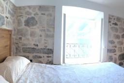 Спальня 3. Черногория, Пераст : Каменный дом в 30 метрах от пляжа и видом на море, большая гостиная, 4 спальни, 3 ванные комнаты, парковка, Wi-Fi