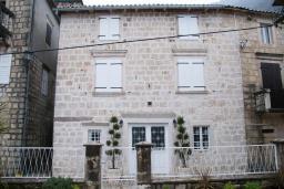 Фасад дома. Черногория, Пераст : Каменный дом в 30 метрах от пляжа и видом на море, большая гостиная, 4 спальни, 3 ванные комнаты, парковка, Wi-Fi
