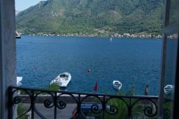 Вид на море. Черногория, Пераст : Каменный дом в 30 метрах от пляжа и видом на море, большая гостиная, 4 спальни, 3 ванные комнаты, парковка, Wi-Fi