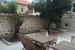 Терраса. Черногория, Пераст : Каменный дом в 30 метрах от пляжа и видом на море, большая гостиная, 4 спальни, 3 ванные комнаты, парковка, Wi-Fi