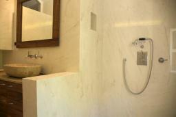 Ванная комната 2. Черногория, Пераст : Каменный дом в 30 метрах от пляжа и видом на море, большая гостиная, 4 спальни, 3 ванные комнаты, парковка, Wi-Fi