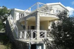 Фасад дома. Черногория, Бигова : Двухэтажная вилла с гостиной, 4-мя спальнями, 2-мя ванными комнатами, общий бассейн, место для барбекю, парковка, Wi-Fi