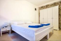 Спальня 2. Черногория, Росе : Каменный дом с бассейном и двориком, 3 гостиные, 5 спален, 5 ванных комнат, барбекю, парковка, Wi-Fi
